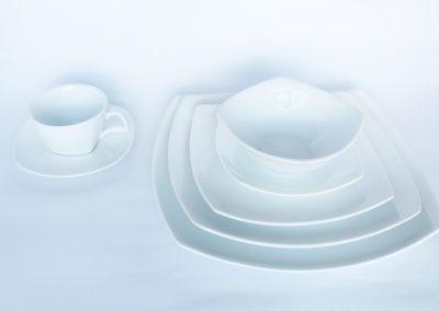 Vajilla cuadrada dankatuba: plato base ($952), plato fuerte, plato torta, plato pocillo, taza consome, pocillo