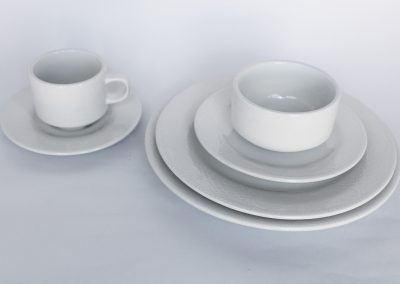 Vajilla redonda edición especial: plato base ($595), plato fuerte, plato torta, plato pocillo, taza consome, pocillo