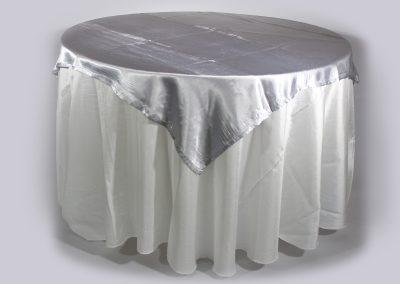 Tapa sencilla cuadrada plateada satín 150 x 150 cm